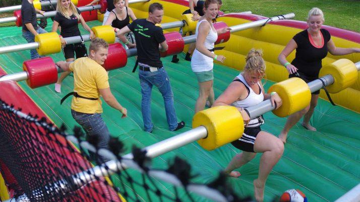 Levend tafelvoetbal tijdens de opening van de speelweek op zaterdag 13 augustus