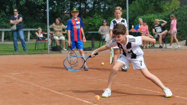 Professionele tennistrainers geven een supergave clinic.